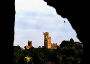 Incorniciato dalle mura del Ponte Visconteo