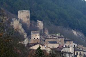 Castello, torre cilindrica e borgo