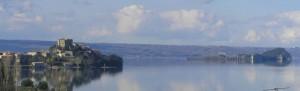 il borgo sul promontorio e l'isola bisentina