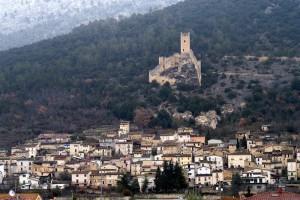 Il castello che domina il suo borgo
