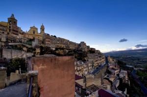 Vizzini: cielo blu ed ombre sul paese