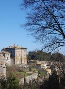 Il castello Ruspoli, nonostante la sua mole, è ben inserito nella città !