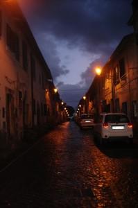 Scende la notte nel vicolo