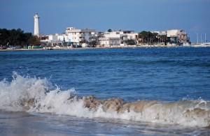 Il faro e la sabbia finissima nel bel mare blu si sposano a Torre Canne