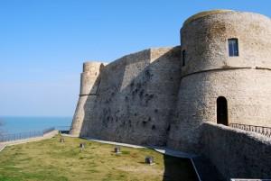 castello aragonese a picco sul mare
