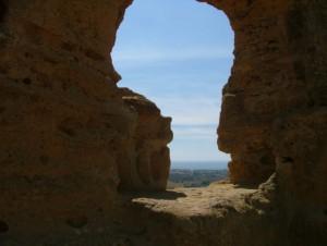 Il mare di Agrigento tra i profili di roccia
