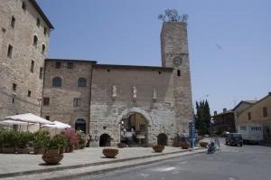 La porta con gli ulivi sulla torre
