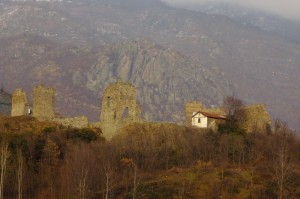 La collina con i resti delle mura e dl castello