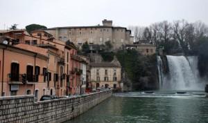 Un paese con una cascata in pieno centro
