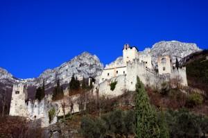 Il Castello di Avio in un Cielo blu