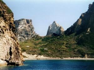 """Una spiaggia tra le """"cime"""" di Palmarola"""