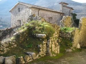 La chiesetta dell'Annunziata tra le rovine