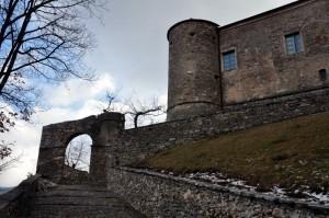 all'ingresso del castello