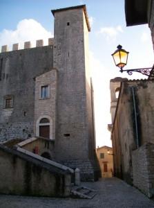 un piccolo passaggio tra la Chiesa e il Castello
