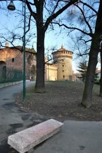 Una panchina sbarra la strada al Castello Sforzesco
