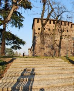 Salendo le scale verso il castello Sforzesco