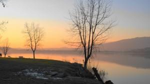 Romantica passeggiata sulla sponda del lago