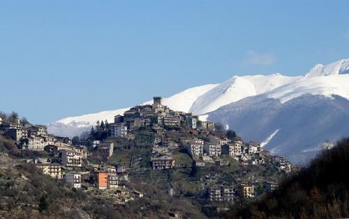 Trevi nel Lazio - Contrasto di colori, il bianco,l'azzurro e il paese
