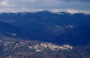 Paese sovrastato dai monti