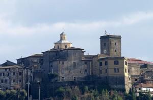 Un piccolo borgo con la sua torre