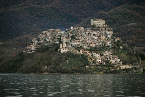 Castel di Tora - dalla sponda del lago