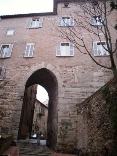 Perugia la porta del giglio o porta sole di dante - La porta del sole ...