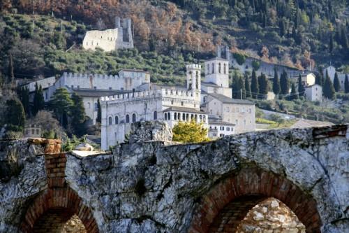 Gubbio - Palazzo dei Consoli dall'Anfiteatro Romano
