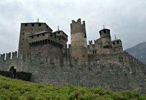 CASTELLO DI FENIS e la doppia cinta muraria