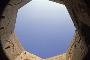 CASTEL DEL MONTE - cortile interno uno sguardo al cielo