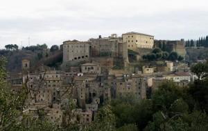 Castello Orsini che domina il suo borgo