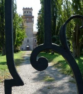 Il castello dietro alle volute di ferro battuto