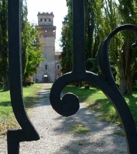 Chignolo Po - Il castello dietro alle volute di ferro battuto