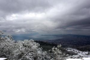La baia di Napoli dal Vesuvio innevato