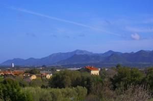 Dalla finestra: la campagna di Iglesias e i suoi monti