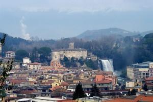 Paese, castello e la sua cascata