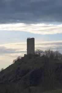 Di fronte alla Rocca, la Torre di Rossenella