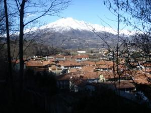Il Paese con il corollario dei monti del Gran Paradiso