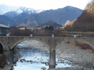 Quarona dal ponte di Agnona: ombre e chiaroscuri delle nuvole.