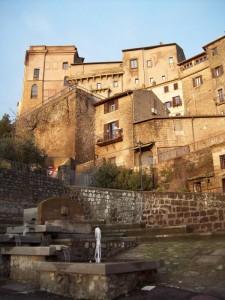 Il castello Orsini svetta imperioso tra le antiche case del borgo