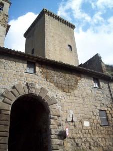 L'unico accesso al centro storico…e la torre Monaldeschi guarda