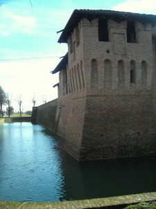 Il fossato gira intorno al castello