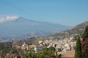 L'Etna fumante sorveglia Taormina