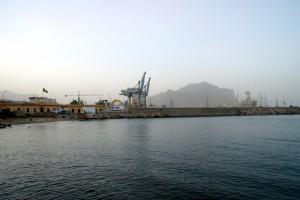 Palermo  i cantieri navali con sfondo su Monte Pellegrino