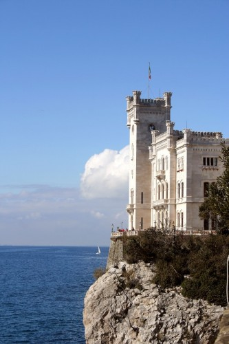 Trieste - A strapiombo sul mar troneggia il Castello di MIramar
