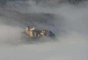 borgo nella nebbia