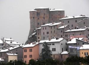 La rocca, le case, la neve..
