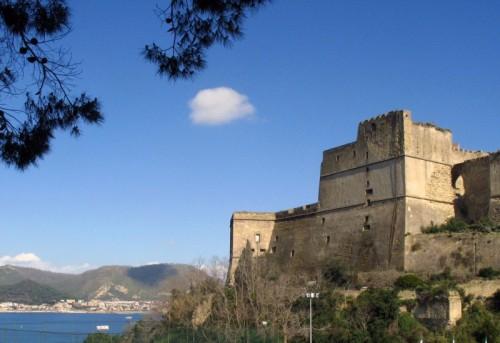 Bacoli - Il Castello di Baia gioca... con la nuvoletta