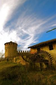 torre del castello con mulino