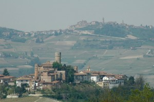 Vista di Castiglione sullo sfondo di Grinzane Cavour