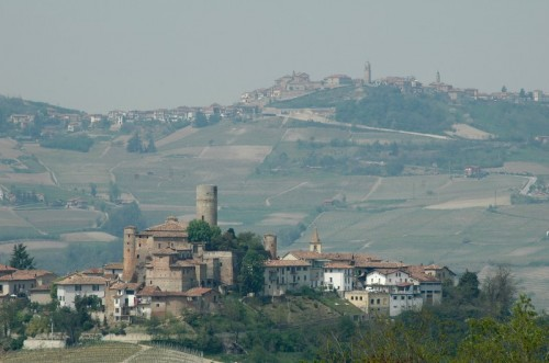 Castiglione Falletto - Vista di Castiglione sullo sfondo di Grinzane Cavour